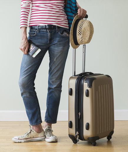 woman-suitcase-hat